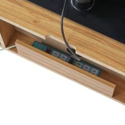 北欧風脚付き引き戸テレビボード 幅180cm 天板奥には配線を逃がせる穴があり、その下には束ねたコードやコンセントタップが収納できるスペースも設けてあります。