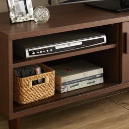 北欧風脚付き引き戸テレビボード 幅180cm 左収納部(可動棚1枚付き)は棚板の高さを変えることができ、デッキ類の収納も可能です。