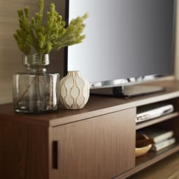 北欧風脚付き引き戸テレビボード 幅180cm すっきりとした引き戸がべーシックな天然木調デザインを一層と引き立てます。
