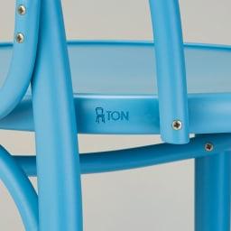 特別色のNo.18 曲げ木ダイニングチェア[チェコ TON社] 座部の後側にレーザーで施された刻印が、TONブランドの証しです。