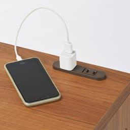 高さが選べるスタンディングデスク 幅90cm高さ90cm 天板のコンセントは、パソコンやデスクライトの電源やスマホの充電に便利。