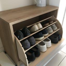 座れるシューズ収納ベンチ 幅60cm 実例:棚板2枚にすると、フラットシューズがたっぷり入ります。