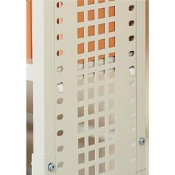 スチール製 突っ張りラック 奥行21cm 幅60cm 棚板の固定はネジではなくフック式なのでレイアウトが簡単。