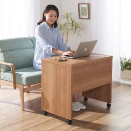 リビングテーブルワゴン 幅120cm コーディネート例(ア)ブラウン ※写真は幅75cmタイプです。 パソコン作業やノートでの勉強などの作業台として便利です。