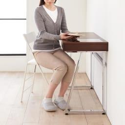 Panop/パノプ コレクション収納付きデスク 幅80cm 脚部が斜めになっているので、膝が当たりづらく立ち座りが簡単です。