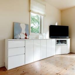 ダイニングテーブルから見やすいハイタイプテレビシリーズ  薄型キャビネット3枚扉  幅89.5cm (イ)ホワイト コーディネート例。