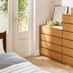 オーク天然木突板の国産多段チェスト 幅90.5cm・4段 高さ79.5cm ナチュラルテイストの寝室にはやさしい雰囲気の収納チェストがぴったり。
