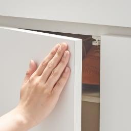 使う時だけ引き出せる!荷物のチョイ置きに便利なスライドテーブル付きシューズボックス 幅80高さ110cm プッシュオープン式の扉。押すと簡単に開けることができます。