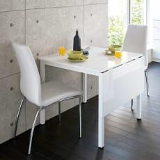 簡単に操作できるバタフライ式伸長式ダイニングテーブル