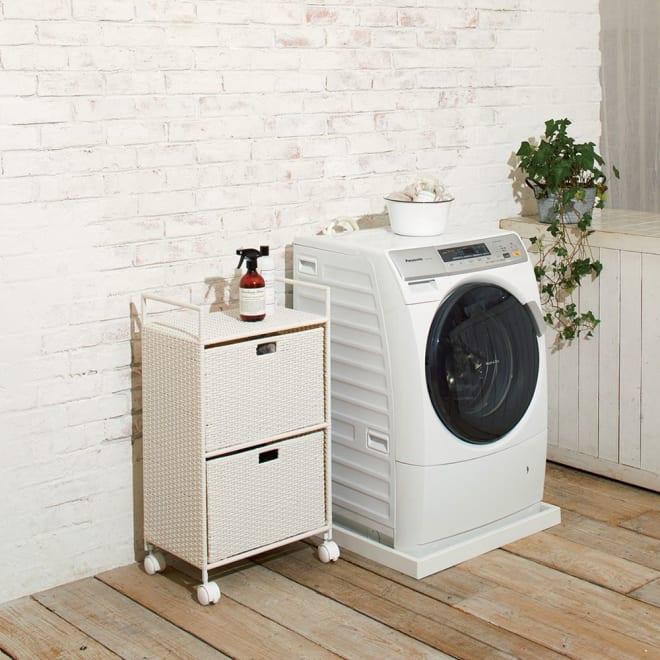 前後どちらからでも引き出せるラタン調ランドリーワゴン 2段 高さ80cm (イ)ホワイト ナチュラルな見た目のラタン調。湿気に強く、通気性もよいため、洗面所や脱衣所での使用に適しています。