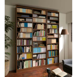 棚板の位置が選べる本棚(幅118cm本体高さ180cm) 使用イメージ:(ア)ダークブラウン ※お届けの商品は左側の幅118cmタイプです。※写真は上置き(別売り)を使用しています。 天井高さ240cm