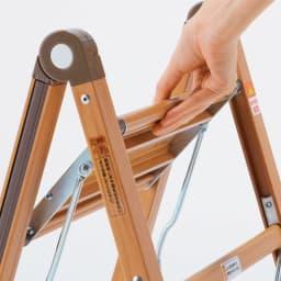 木目調アルミ製ワイドステップ 脚立3段 ステップ部分を持ち上げて、片手でたためます。