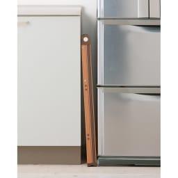 木目調アルミ製ワイドステップ 脚立3段 折りたたみ時は幅が約5cm。隙間にコンパクトに収納できます。