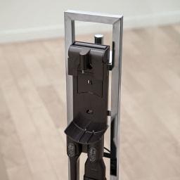 スティッククリーナースタンド(ダイソンV10モーター搭載モデル対応済) シルバー(ステンレス) ダイソンは収納用ブラケットを設置して充電。壁に穴を開けなくても、ブラケットにかけて充電しながら収納OK!