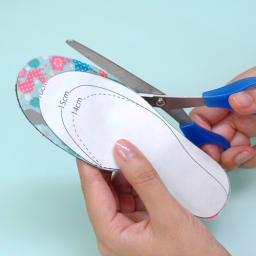 【ネームオーダー】名入れインソール(靴の中敷き) 2足セット 14~18cm(片足2枚ずつ、計4枚) 型紙のサイズに沿って、インソールをハサミでカットします。