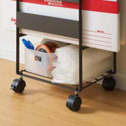 梱包作業が一発で終わる段ボールストッカー 梱包材や包装紙を入れられるスペースも。
