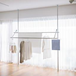 突っ張り物干し 竿なし 使用イメージ 自然光利用(ア)グレー×ホワイト ※お届けは竿なしです。竿は商品に含まれません。