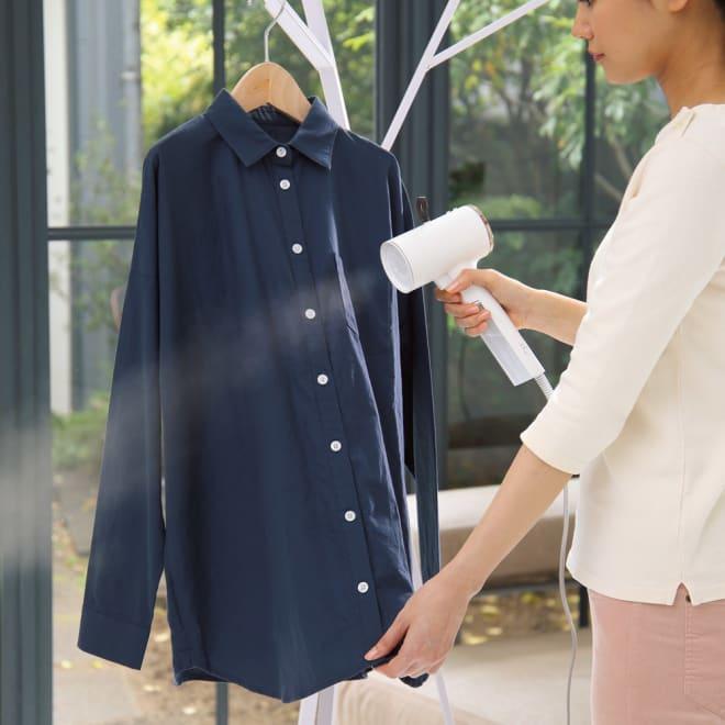 コンパクト衣類スチーマー 使用イメージ