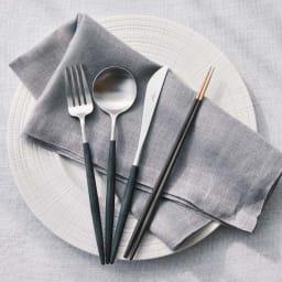ブナ材のお箸2膳組 コーディネート例 ※お届けは箸2膳です。 左のカトラリーはディノスで人気のクチポールのGOAシリーズ。(別売り)
