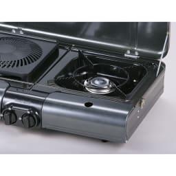 イワタニ 屋外でも屋内でも使える2バーナー2グリルのカセットBBQグリル グリルプレートを外すと水受け皿付きの五徳があります。グリルプレートからでた油などはこちらの皿にたまる構造。