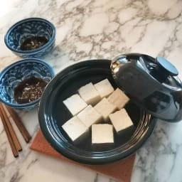野田ホウロウ ココナベ 小 こちらは大サイズ。豆腐1丁分(360g)入っています。二人の食卓にちょうどいいサイズ。