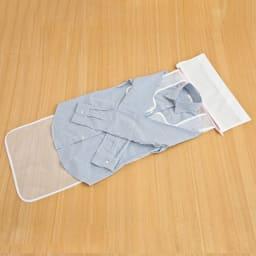 シャツとパンツのための洗濯ネット シャツ用・パンツ用各1枚セット シャツのそでをロールシートの幅に合わせてたたみます