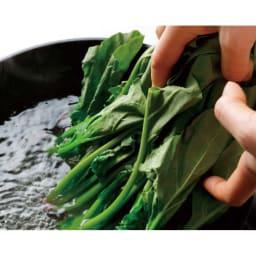 ウー・ウェンパン プラス フルセット 径24cm IH用 小松菜 たっぷり湯が入るので、かさばる葉野菜の下ゆでもスムーズ。