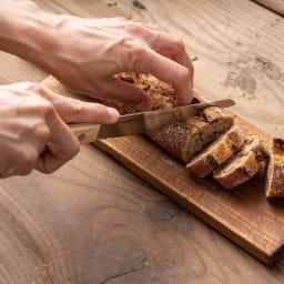 パン切ナイフ せせらぎ14cm バゲットもポロポロとパン屑を出さずにスパッと切れます。