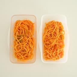 プレミアムドームランチボックス 500ml お弁当箱 ケチャップの着色汚れ比較 左が本品、右が一般的なプラスティック素材