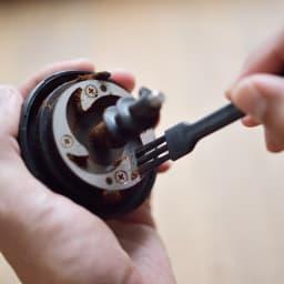 「カフェ・バッハ」 田口護氏監修 全自動コーヒーメーカー3杯用 (TWINBIRD CM-D457B) 残った豆の粉は付属ブラシで掃き出せます。