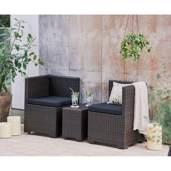 ラタン風コンパクト ソファ1個 コーディネート例 ソファ2個×別売りのテーブル ※お届けはソファ1個です。中央にあるテーブルは別売りです。