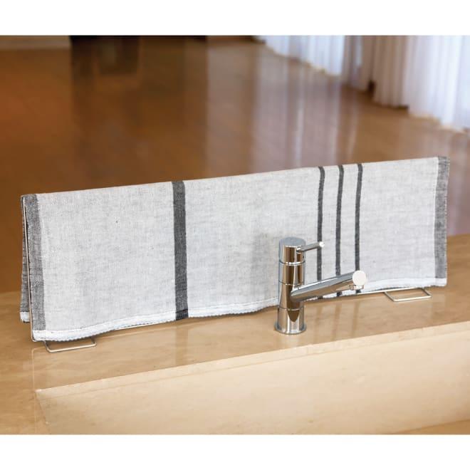 たためる水ハネ防止スタンド フキンを掛けた使用時イメージ