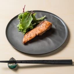 ARAS お箸 同色2膳組 お届けするのは手前のお箸(イ)ブラックです。 お皿は別売りのARAS中皿22cmです。