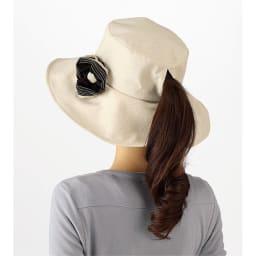 風で飛びにくいUVハット シュシュ付き UVカット率99%以上 後ろのスリットから結んだ髪の毛の束を出せます。