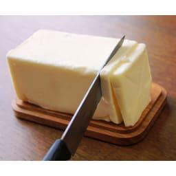 野田琺瑯バターケース200g用 本体をひっくり返し、木蓋をカットボードにしてバターを切り、そのまま食卓へ。(写真は450gの使用時です)