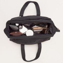 ZONE(ゾーン) コスメバッグ (トラベルポーチ) 開口部はスチールのフレーム入りで、口が大きく開きます。洗面台にそのまま置いて使ったりするのも便利です。