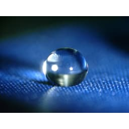 フロータス 高撥水軽量折畳傘 55cm 本品生地 撥水イメージ 水滴が球状になり、生地との接触角度が大きい(=生地に接する部分が少ない)のが「超はっ水」の特徴です