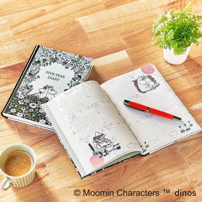 【ディノス限定販売】MOOMIN/ムーミン フルカラー5年日記(連用日記) 名入れなし 高級感のあるマットカバーの5年日記。A5サイズで持ち運びも収納もしやすい大きさです。