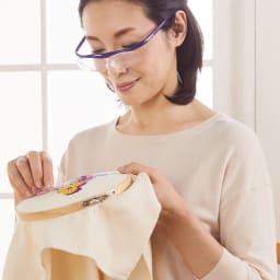眼鏡型拡大鏡 ハズキルーペ コンパクト 1.6(ブルーライトカット 35% クリアレンズ) (カ)パープル 両手が使えるので細かい作業もラクラク!よりコンパクトになって、おしゃれに使えます!重さは約23gでかなり軽量!両手が自由に使えるから、手芸や裁縫、模型作り、スマホ、パソコンもラクラク!