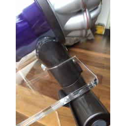 アクリル製ハンディクリーナースタンド ダイソンのボディにもフィットする形状。ボディに接する面は全て緩やかなアールを付けているので、表面を傷めにくくなっています。