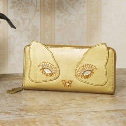 ネコのキラキラ長財布 金運アップのゴールド♪目元のアイシャドウがおしゃれです。