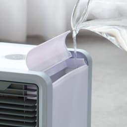 ミニ冷風扇 水が蒸発する際に空気から熱を奪う「気化熱」の原理を利用。
