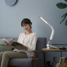LEDデスクライド Qi充電(縦置きタイプ) 調光無段階・調色3段階調節 使用イメージ(ア)ホワイト
