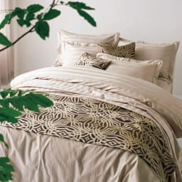 Beata ビアータ ホテル仕様ジャカード織ベッドスプレッド [コーディネート例]ゴールド ※写真はフットランナーです。お届けはベッドスプレッドです。