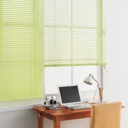 カーテンレールに取付OK機能で選べるインテリアブラインドシリーズ コーディネート例(エ)防汚ライトグリーン 腰高窓にも。