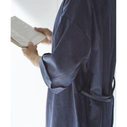BINGO/ビンゴ ワンピースガウン 袖は折り返しても美しく見えるように、切込みのデザインを入れました。※実際の商品よりも青くなっています。生地アップの色を参考にしてください。