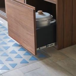 KOLMIO/コルミオ 透明キッチンマット 厚さは約1mmなので、シンクやキッチンボードの引き出しに引っかかる心配がありません。