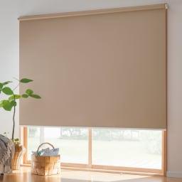 つっぱりロールスクリーン遮光タイプ コーディネート例(イ)ブラウン まぶしい朝日や暑い西日対策に。