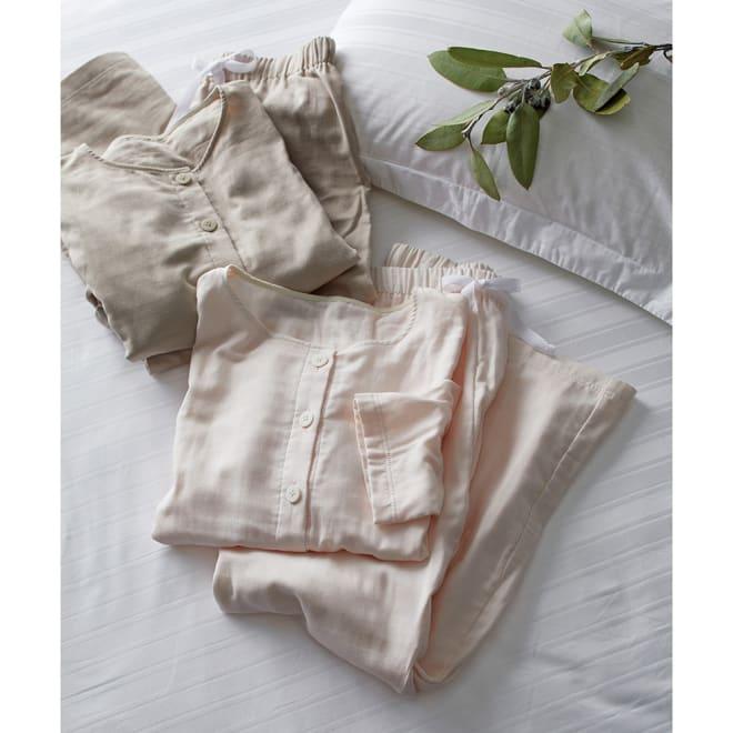 とろけるトリプルガーゼパジャマ 上から(イ)オーキッドベージュ (ア)ピンクホワイト