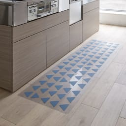 KOLMIO/コルミオ 透明キッチンマット (ア)ブルーグレー 手描き風の三角模様が北欧テイストのやさしいイメージ。